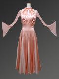 ピンクのサテンドレス